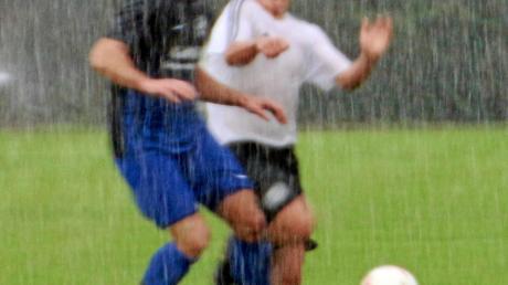 Bei strömendem Regen in Wallerstein: SCW-ler Jonas Wüst (rechts) gegen Patrick Schwägler von Eintracht T.R.B.