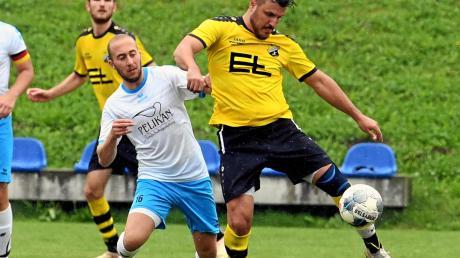 Zu spät kommt Emersackers Moritz Förg (weißes Trikot) gegen Leitershofens Anil Zambak. Die Gäste siegten mit 2:1.