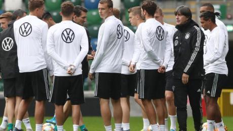 Bundestrainer Joachim Löw (2.v.r) mit seinen Spielern beim Abschlusstraining vor dem EM-Qualispiel in Nordirland. Foto: C. Charisius