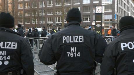 Polizeikräfte beim Einsatz in Bremen. Foto: Carmen Jaspersen