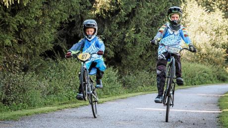 Raphael (links) und Lennox Ortel aus Obermeitingen lieben das BMX-Fahren. Kürzlich haben sie an der Weltmeisterschaft teilgenommen.