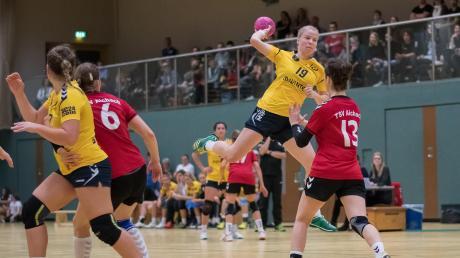 Jetzt wird es ernst für die Handballerinnen des TSV Schwabmünchen: Am Samstag steht für Damaris Rheindt (am Ball) und ihre Kolleginnen das erste Saisonspiel in der Landesliga an.