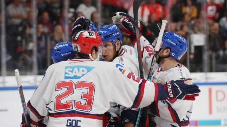 Die Spieler von Adler Mannheim feiern einen Treffer beim Spiel gegen die Ice Tigers.