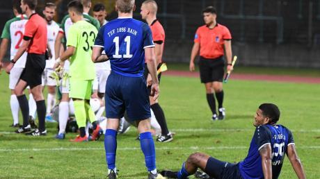 Nach ihrem 2:1-Erfolg jubeln die Augsburger, während Jonas Greppmeir (Nummer elf) und Dominic Robinson vom TSV Rain enttäuscht zusehen.