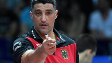 Volleyball-Bundestrainer Andrea Giani musste sich mit seinem Team auch im zweiten EM-Gruppenspiel geschlagen geben. Foto: Hendrik Schmidt