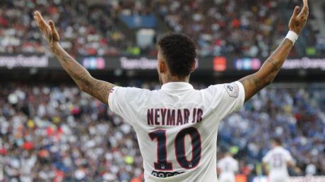Nachdem er zunächst ausgepfiffen wurde lässt sich Neymar für sein Tor zum 1:0-Sieg feiern.