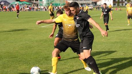 Eine enge Angelegenheit war das Spiel zwischen Türkgücü Königsbrunn (rechts mit Mehmet Vural) und Thalhofen (Nico Beutel).