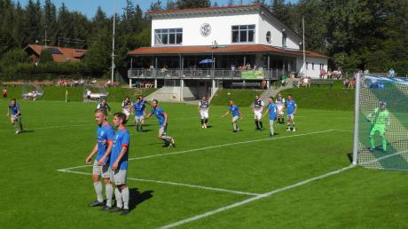 Der FC Issing (blaue Trikots) ließ nur sehr wenige Chancen des FC Hofstetten zu, machte aber zu wenig aus den eigenen Chancen.
