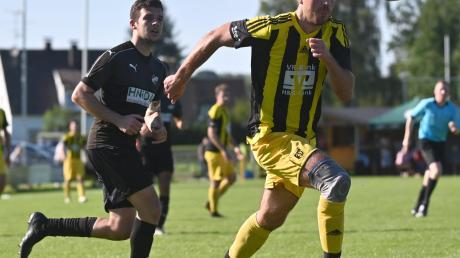 Zwei Treffer steuerte Sebastian Batz zum 3:0-Sieg des TSV Diedorf gegen die TSG Stadtbergen bei. Hier wird er von Marcel Schoder verfolgt.