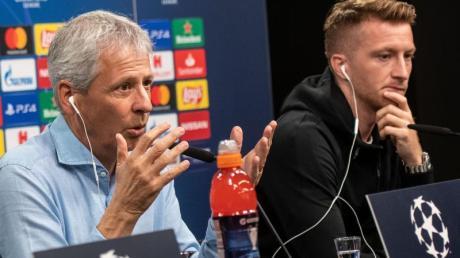 BVB-Trainer Lucien Favre (l) und Marco Reus bei der Pressekonferenz vor dem Spiel gegen den FC Barcelona. Foto: Bernd Thissen