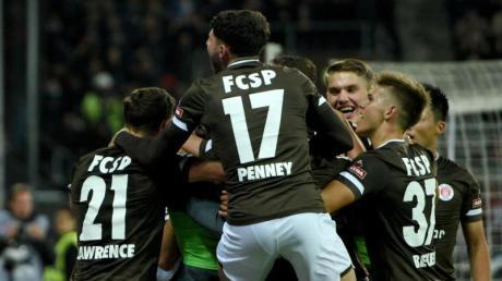 Die Spieler vom FC St. Pauli bejubeln das Tor zum 2:0 im Spiel gegen den Hamburger SV. Foto: Daniel Bockwoldt