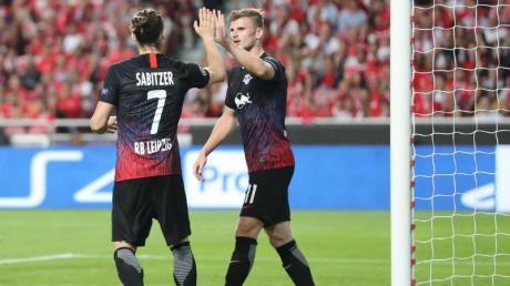 Timo Werner (r) klatscht nach seinem Tor zum 2:0 in Lissabon mit Marcel Sabitzer ab. Foto: Jan Woitas