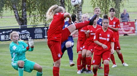 Mit geballter Frauenpower verteidigten die B-Juniorinnen des FC Bayern München ihr Gehäuse. Laurenz Sedlaczek (verdeckt) und Felix Heyda von den B-Junioren der JFG Lech-Schmutter kommen hier gegen fünf Abwehrspielerinnen plus Torhüterin nicht an den Ball.