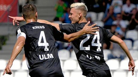 Felix Higl (rechts) freut sich mit Kapitän Florian Krebs über einen Treffer im Sieg der Ulmer gegen TuS RW Koblenz. Mit dem Toreschießen läuft es für die Spatzen in dieser Saison ganz in Ordnung, doch noch fallen zu viele Gegentreffer.