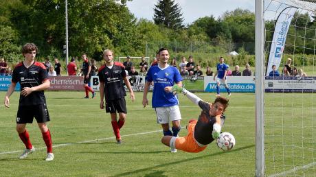 Der FC Penzing (blau Trikots) muss zum Spitzenspiel nach Mammendorf.