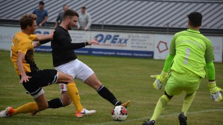 Robert Markovic-Mandic erzielte beim 3:0-Sieg des SV Cosmos Aystten seine Saisontreffer sieben und acht. Hier trifft er zwischen Abwehrspieler und Torwart hindurch zum vorentscheidenden 2:0.