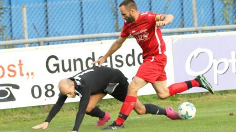Nicht aus dem Gleichgewicht zu bringen ist bislang der TSV Pöttmes um Kapitän Martin Brodowski (rechts im Pokalspiel gegen Friedbergs Kevin Seifert). Der TSV muss nun zum Vizemeister des Vorjahres BC Rinnenthal.