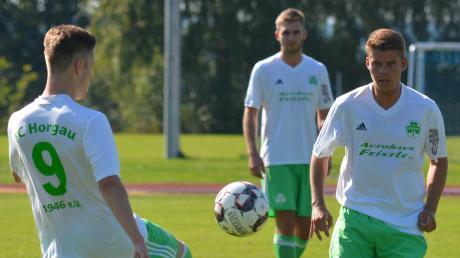 Nicht nur schön spielen wollen Marco Koschany und Simon Blochum (von links) vom FC Horgau gegen Schlusslicht Kriegshaber. Verzichten müssen sie dabei auf ihren Mitspieler Markus Hefele (im Hintergrund), der gesperrt ist.