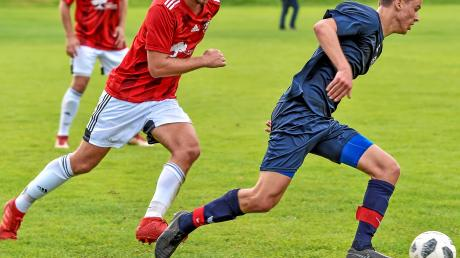 Nach dem Erfolg gegen Erling/Andechs (rote Trikots) bekommen es die Dießener Fußballer wieder mit einem Rivalen im Kampf um den zweiten Tabellenplatz zu tun.
