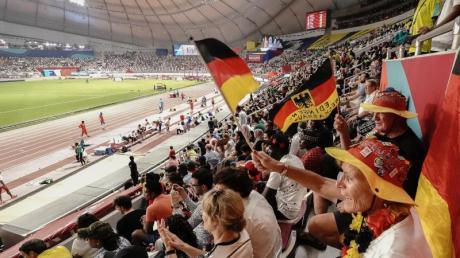 Fans aus Deutschland beobachten den Wettkampf im Khalifa International Stadium.