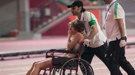 Alina Reh musste nach ihrer Aufgabe im 10.000-Meter-Finale mit einem Rollstuhl von der Laufbahn gefahren.