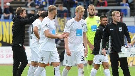 Die Ulmer Spatzen mit enttäuschten Blicken nach ihrer 1:2-Niederlage gegen den Spitzenreiter der Regionalliga Südwest, dem FC Saarbrücken. Ulm verlor trotz einer starken zweiten Halbzeit.