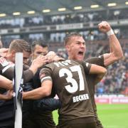 Die Spieler vom FC St. Pauli jubeln nach Finn Ole Beckers (2.v.r) Treffer zum 1:0 gegen den SV Sandhausen. Foto:Daniel Bockwoldt