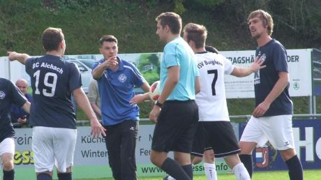 Im Kreuzfeuer der Kritik: Aichachs Trainer Sebastian Böhm (Zweiter von links) und seine Akteure hatten nach der 0:1-Niederlage in Burgheim mit Schiedsrichter Ralph Krämling Redebedarf.