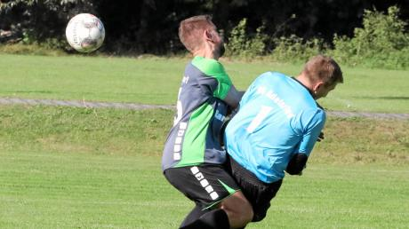 Nicht zu stoppen war Westendorfs Paul Kinlinger, der beim 6:1 gegen Adelsried vier Treffer erzielte. Hier rasselt er mit SVA-Keeper Rene Stutzmüller zusammen.