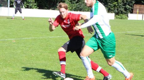 Tobias Geldhauser (grün) vom FC Stätzling II versucht, sich durchzusetzen. Das Spiel gegen den TSV Inchenhofen war von viel Kampf geprägt.