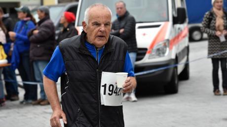 Henner Schrader ist 82 Jahre alt. Nach wie vor ist er sportlich sehr aktiv und will am Donnerstag auch wieder beim Hardy's Stadtlauf in Landsberg an den Start gehen.