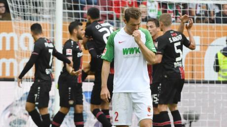 Ein Sinnbild für den Auftritt des FCA: Stephan Lichtsteiner nach dem 0:3 gegen Leverkusen. Der FCA hatte gegen die Rheinländer keine Chance.