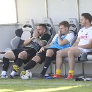 Fieberten auf der Bank mit ihrem FC Affing mit: (von links) Der ausgewechselte Patric Palatin, Danny Dörr (kurz vor Schluss eingewechselt) und Ersatztorhüter Noah Scherer. Auch wenn es zwischenzeitlich nicht gut aussah, behielt der FCA gegen Adelzhausen die Oberhand.