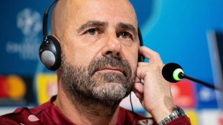 Lässt einen Einsatz von Jonathan Tah offen: Leverkusens Trainer Peter Bosz bei der Pressekonferenz im Stadion von Juventus. Foto: Marius Becker
