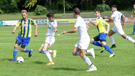 Die Bobinger Fußballer (weiße Trikots) treffen am Doppelspieltag auf zwei Spitzenteams der Bezirksliga.