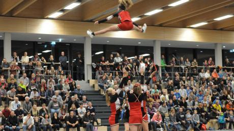 """Mit Akrobatik und waghalsigen Sprüngen unterhielten dieCheerleaders der """"Flying Cheetas"""" die Zuschauer bei den Heimspielen der BG Leitershofen/Stadtbergen. Jetzt haben sie sich ganz dem Wettkampfsport verschrieben."""