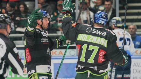 Torjubel bei Steffen Tölzer (links) - das kommt nicht so oft vor. Gegen Ingolstadt traf der AEV-Kapitän, am Ende konnte er aber auch nichts gegen die Niederlage ausrichten.