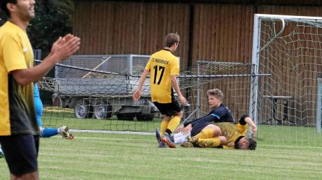 Erst erzielte Andre Ebert vom SC Biberbach das Tor des Tages, dann musste er nach diesem Zusammenprall mit Joshua Barnscheidt vom SV Erlingen verletzt ausscheiden. Links Felix Wüst.