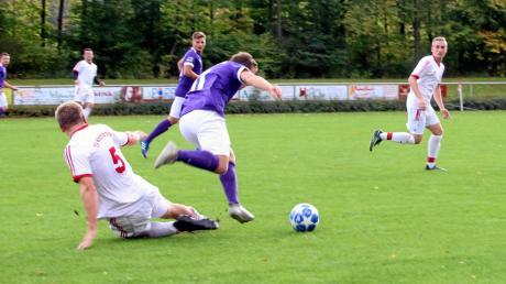 Mönchsdeggingens Dominik Doppelbauer (links) versucht vergeblich, den zweifachen Wemdinger Torschützen Florian Veit zu stoppen. Am Ende siegte der Tabellenführer beinahe zweistellig.