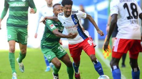 Fürths Julian Green (M,l-r) und HSV-Spieler Jeremy Dudziak kämpfen um den Ball.