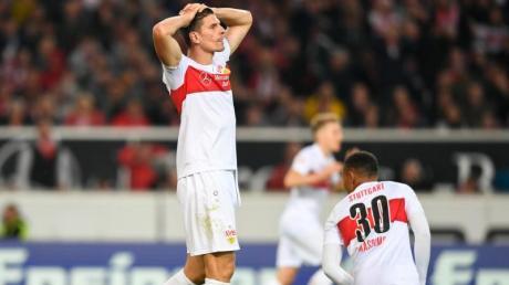 Stuttgarts Spieler zeigen Frust: Der VfB kassierte eine Heimniederlage gegen den SV Wehen Wiesbaden. Foto: Tom Weller/dpa