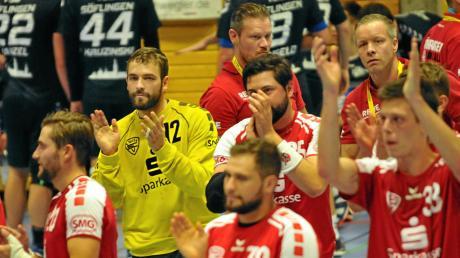 Die Vöhringer feiern nach ihrem Heimsieg gegen Söflingen II. Torhüter Felix Eilts (Mitte, gelbes Trikot) machte ein starkes Spiel.