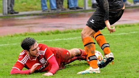 Alem Dzogovic vom SV Tiefenbach am Boden im Spiel gegen den SV Thalfingen. Dessen Marino Jelusic kann den Ball behaupten. Insgesamt wehrten sich die Tiefenbacher nicht vehement genug gegen die Niederlage.
