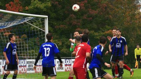 Harter Kampf: Der TSV Burgheim setzte sich im Spitzenspiel mit 3:1 gegen den TSV Pöttmes durch.