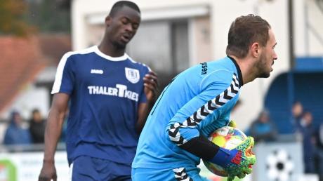 Zum zweiten Mal in Folge wurde der TSV Täfertingen auf eigenem Platz ausgebremst! Anhausens Torhüter Maximilian Wiedemann hat vor Justin Djondo-Pacham zugepackt.