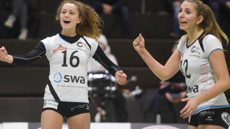 """Über den ersten Sieg in dieser Saison freuten sich Nadine Kulig (links) und Sonja Auer (rechts). Gegen Dresden gewann die DJK Augsburg-Hochzoll nach spannenden vier Sätzen mit 3:1.  """"Wir sind glücklich, dass es mit dem ersten Erfolg in dieser Saison geklappt hat."""""""