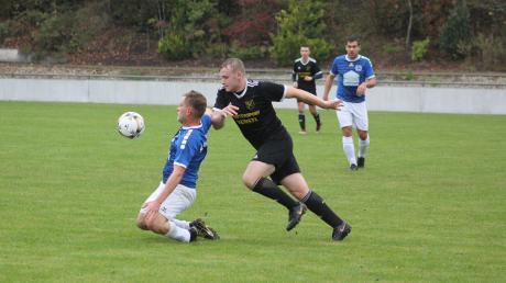 Philipp Sturm (links) vom SC Griesbeckerzell verteidigt den Ball gegen Lukas Gottschall (Untermaxfeld).  Willi Baudrexl