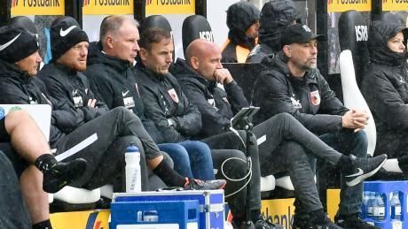 Enttäuschte Mienen auf der Bank - wie hier in Gladbach - gab's beim FCA in dieser Spielzeit schon oft zu sehen.
