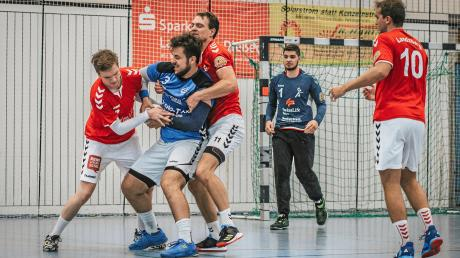 Den ersten Saisonsieg feierten die Landsberger Handballer (rote Trikots) gegen HerrschingII.