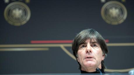 Bundestrainer Joachim Löw beantwortet die Fragen der Journalisten bei einer Pressekonferenz. Foto: Federico Gambarini/dpa